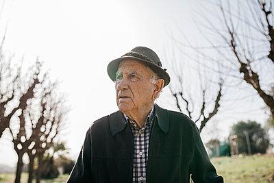 Spain, Barcelona. Portrait of a retired senior man in a park on winter with hat - p300m2167182 von Josep Rovirosa