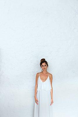 Frau in weißem Kleid - p427m1195092 von Ralf Mohr