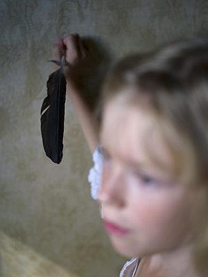 Mädchen mit Schreibfeder - p945m1465911 von aurelia frey