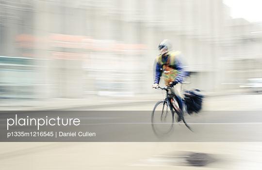 Fahrradkurier unterwegs - p1335m1216545 von Daniel Cullen