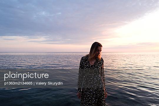 Frau am Meer - p1363m2134665 von Valery Skurydin