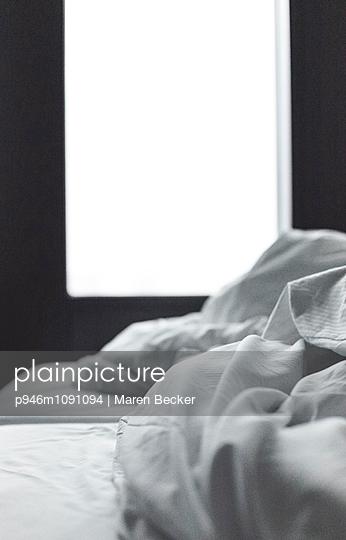 Ungemachtes Bett - p946m1091094 von Maren Becker