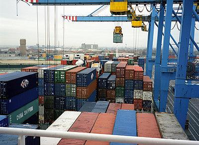 Containerterminal - p1045m787614 von jochenschmadtke