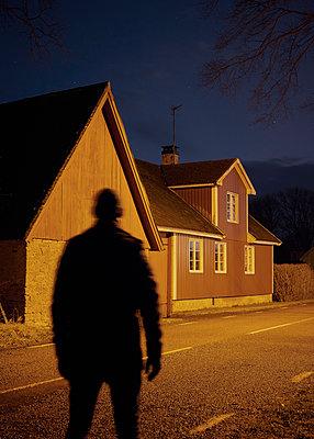 Mann bei Nacht im Dorf - p1124m1193519 von Willing-Holtz