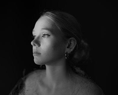 Blonde Frau, Portrait - p1508m2220135 von Mona Alikhah