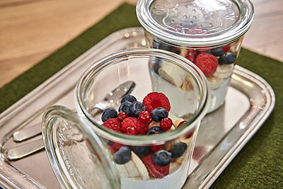 Blueberry and raspberry in jar on table - p300m2273680 by Stefanie Aumiller