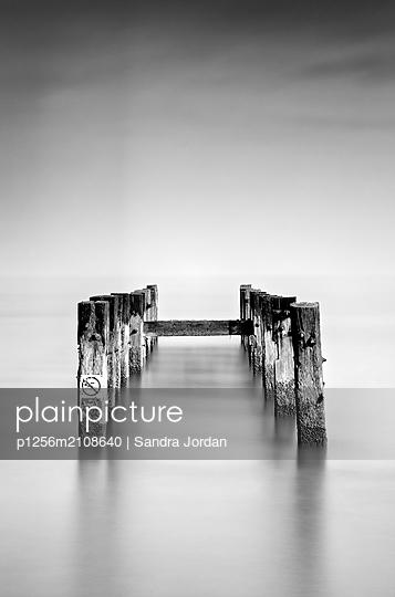 Wellenbrecher an der Küste von Suffolk - p1256m2108640 von Sandra Jordan