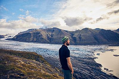 Mann blickt über den Skaftafell Gletscher - p1305m1190721 von Hammerbacher