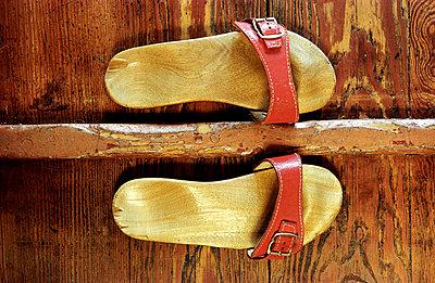Sandalen auf Holzfußboden - p1650077 von Andrea Schoenrock