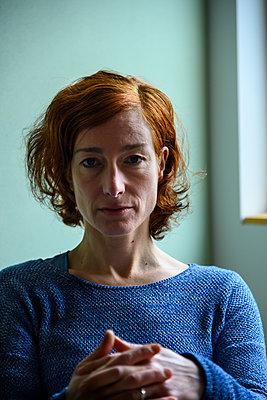 Porträt einer rothaarigen Frau - p427m2178620 von Ralf Mohr