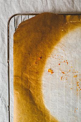 Pizza-Abdruck auf Ofenrost - p432m2150239 von mia takahara