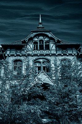 Geheimnisvolles Haus - p794m949570 von Mohamad Itani