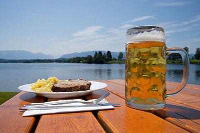 Biergarten in Oberbayern - p8670102 von Thomas Degen
