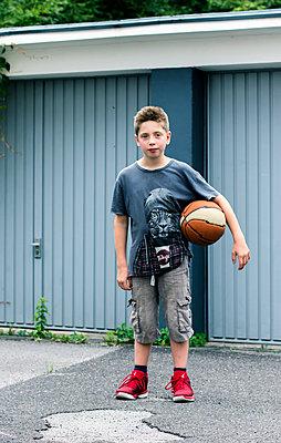Junge mit Basketball - p879m1503534 von nico