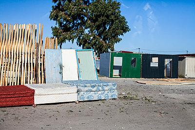 Alte Matratzen auf der Straße - p913m1113000 von LPF