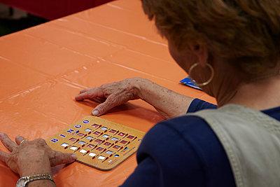 Seniorin spielt Bingo - p913m1538429 von LPF