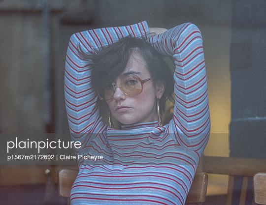 Junge Frau mit Brille, Portrait - p1567m2172692 von Claire Picheyre
