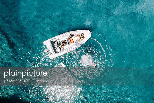 Bathing in turquoise water, Zakynthos, aerial view - p713m2289199 by Florian Kresse