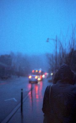 Passantin im Regen - p1055m859577 von Joseph Charroy