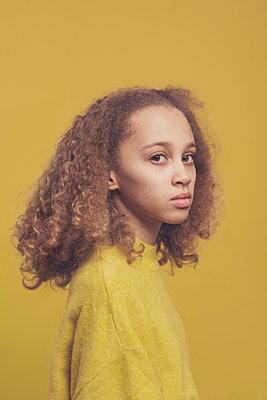 studio portrait of a young girl - p1323m2173836 von Sarah Toure