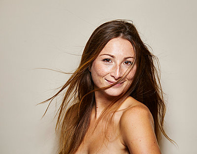 Portrait of naked young woman with blowing hair - p300m2042872 by Philipp Nemenz