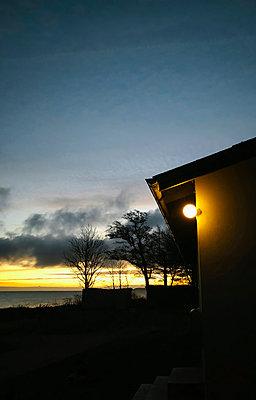 Haus am Meer bei Sonnenaufgang - p382m2100266 von Anna Matzen