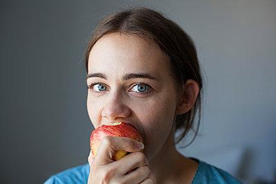 Eating an apple - p586m880131 by Kniel Synnatzschke