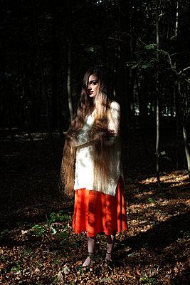 Frau im Wald - p045m953736 von Jasmin Sander