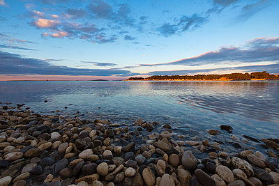 Croatia, Istria, Medulin, Sunrise on the beach - p300m1505564 by Lorenzo Mattei