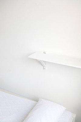 Weißes Schlafzimmer - p4470200 von Anja Lubitz
