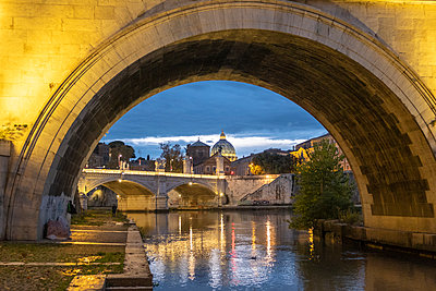 Italy, Rome, Vatican, St. Peter's Basilica and Ponte Sant'Angelo in the evening - p300m2080338 by Hans Mitterer