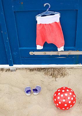 Roter Ball am Strand - p606m1564859 von Iris Friedrich