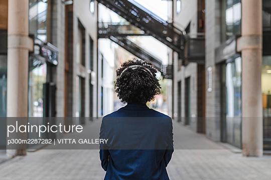 Barcelona, Spain.Young business afroamerican man outdoors. Business man, young, work, office, job, commute - p300m2287282 von VITTA GALLERY