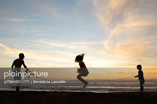 Rope skipping on Ocean Beach, California, USA - p756m2211771 by Bénédicte Lassalle
