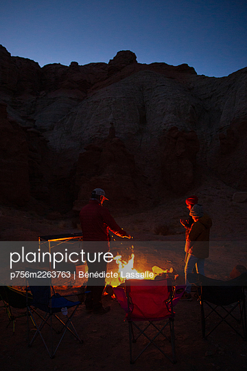 Family at night-time campfire in the desert, Utah, USA - p756m2263763 by Bénédicte Lassalle