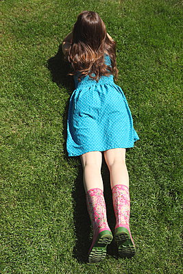 Relaxing in the garden - p045m912820 by Jasmin Sander