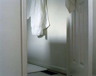 Handtuch hängt in einem Badezimmer - p1409m1465893 von margaret dearing