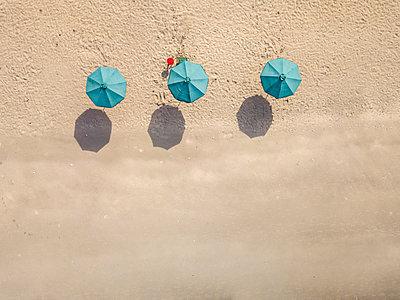 Bali, Kuta Beach, three beach umbrellas, aerial view - p300m2070376 von Konstantin Trubavin
