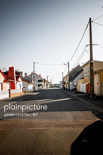 Straße einer Französischen Kleinstadt - p248m1216754 von BY