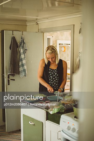 Woman preparing food - p312m2086407 by Amanda Falkman