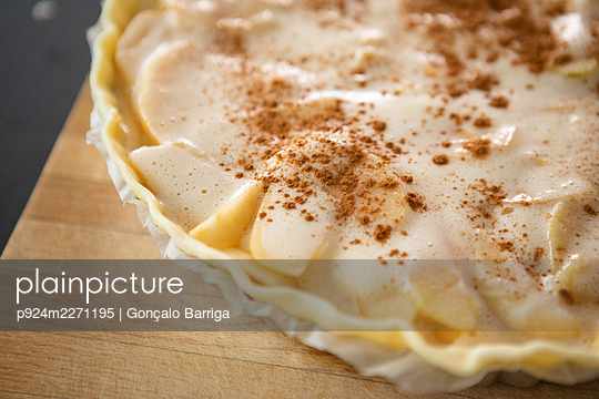 Portugal, Lisbon, Close-up of raw apple pie with cinnamon ready to bake - p924m2271195 by Gonçalo Barriga