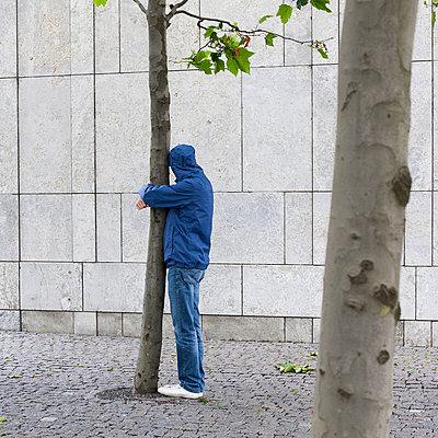 Mann umarmt Baum - p1078m1050880 von Frauke Thielking