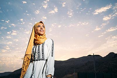 Young muslim woman wearing yellow hijab - p300m2144234 by Manu Padilla Photo