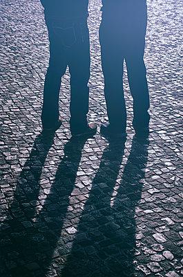 Silhouette zweier Männer, Nachts auf einer Straße - p794m1538284 von Mohamad Itani