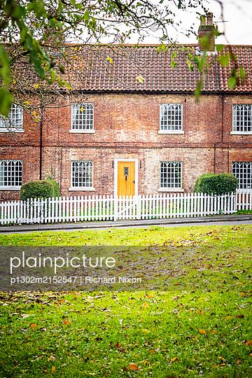 Brick cottages in Sheffield Road, Blyth, Nottinghamshire, United Kingdom - p1302m2152547 by Richard Nixon