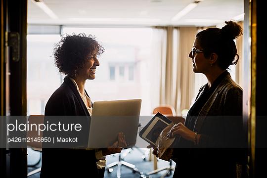 plainpicture - plainpicture p426m2145950 - Legal female coworkers with... - DEEPOL by plainpicture