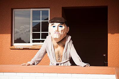 Mann mit Pappmache-Kopf - p045m1463133 von Jasmin Sander