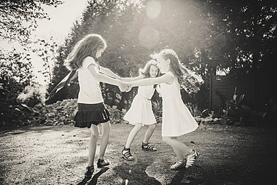 Three girls dancing in a circle - p1150m1041241 by Elise Ortiou Campion