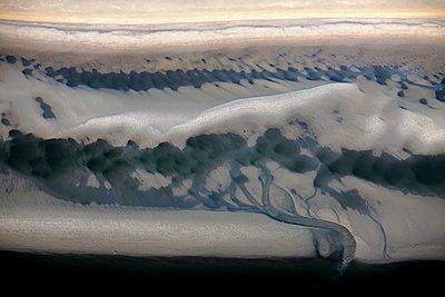 Priel auf einer Sandbank im Wattenmeer (Nordsee) - p1258m1061394 von Peter Hamel