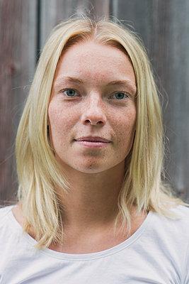 portrait of a young woman - p1323m2015149 von Sarah Toure